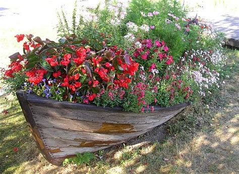 Garden Decoration Boat by 22 Landscaping Ideas To Reuse And Recycle Boats For