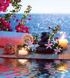 massaggio con le candele fiore di tiare fotografia stock immagine 26302992