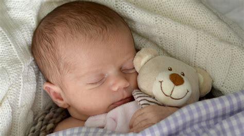 baby überstreckt kopf beim schlafen mit diesen 8 hebammen tipps lernt ihr baby durchzuschlafen