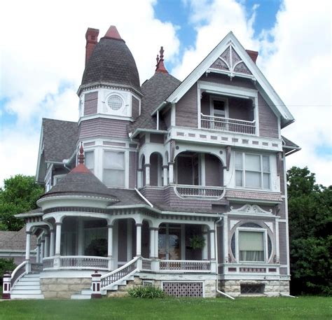 queen anne style house file wooden queen anne house in fairfield iowa jpg