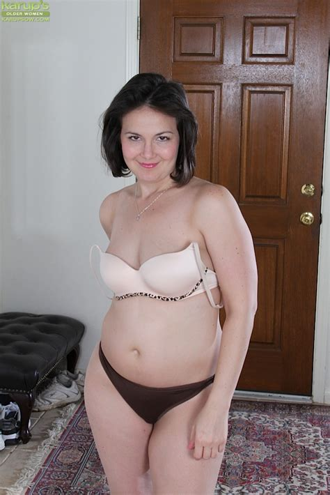 Brunette Milf Penny Prite Flashing Big Butt And Shaved