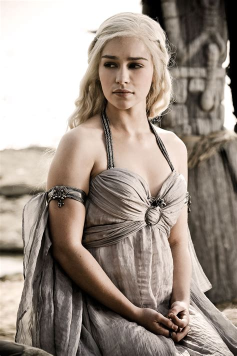 emilia clarke game of thrones photos game of thrones actress emilia clarke as dany