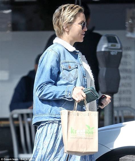 Kate Hudson Spotted Buying Baby Clothes Is She by Kate Hudson Is Spotted Carrying A Fresh Smoothie In Los