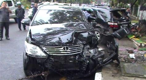 Tv Mobil Di Medan toyota fortuner wakil ketua dprd medan hantam innova livina okezone news