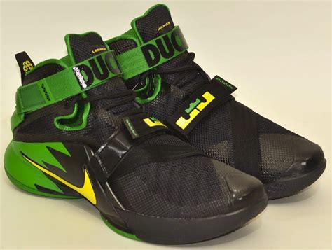 oregon ducks basketball shoes the oregon ducks fans also get the lebron soldier 9 they