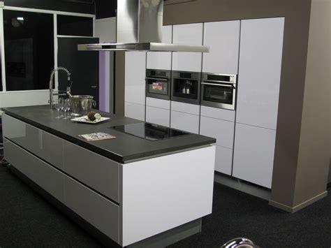 keuken greeploos hoogglans wit showroomkeukens alle showroomkeuken aanbiedingen uit