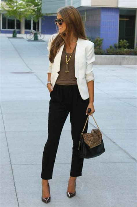 frau business casual outfit gleichzeitig leger und elegant