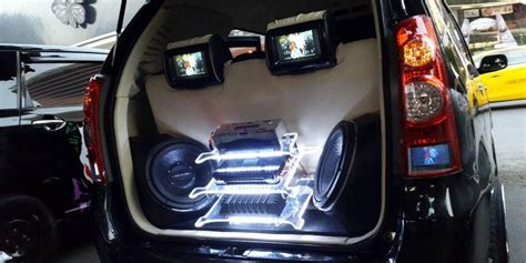 Lu Belakang Toyota Avanza bisa nonton tv di lu belakang avanza kompas