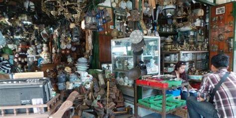 Barang Antik Di Pasar Triwindu berburu barang perang dunia ii di pasar triwindu kompas