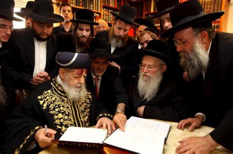 imagenes de personas judias en la im 225 gen jud 237 os sefard 237 es examinando unos documentos