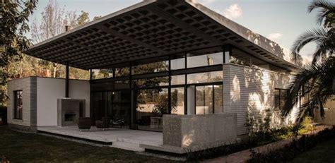home design plaza tumbaco maison contemporaine en b 233 ton 224 toiture courb 233 e
