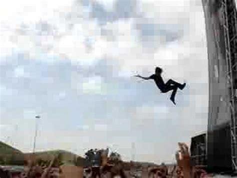 eddie vedder stage dive pearl jam with eddie hanging from stage seattle