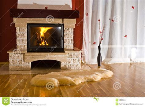 rug in front of fireplace kominek w domu dywan obrazy stock obraz 4603034