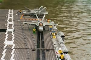 un immense porte avions fait 224 l aide de legos