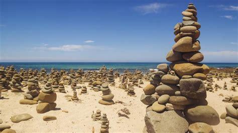 imagenes zen playa apilar piedras una moda peligrosa para el medio ambiente