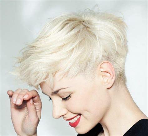 kurzhaarfrisuren asymmetrischer schnitt weiss blond pixie