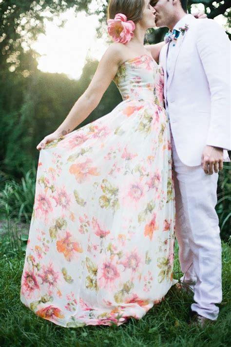 extravagante bruidsjurk gekleurd met bloemen nina weddings bloemenprint trouwjurk nina weddings