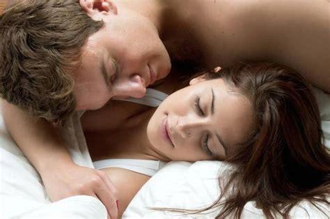 immagini innamorati a letto per rendere felice una donna bastano due ore di coccole al