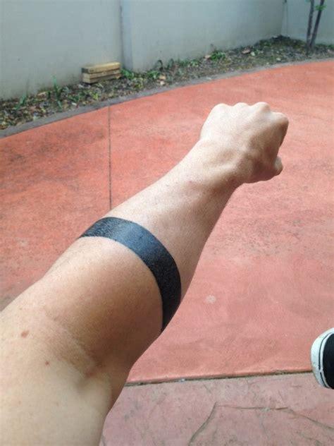 einaches tattoo von schwarzem armband in tusche am