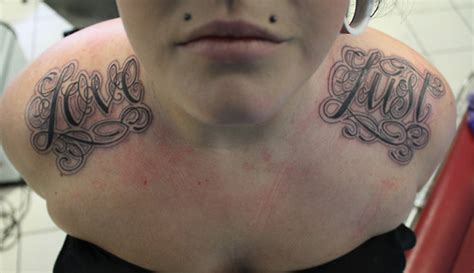 tattoo lettering on shoulder tatuaje hombro letras fuentes por matt adamson