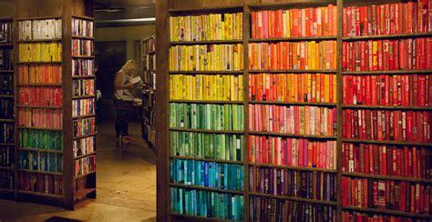 librerie pi禮 mondo la moda dei libri ordinati per colore il post