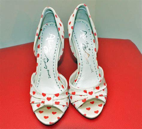 heart patterned heels shoe review alice olivia gigi heart print peep toes