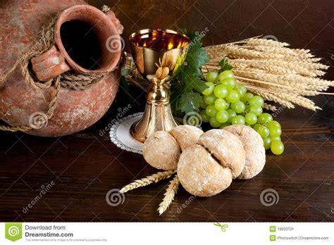 imagenes de uvas y pan vino y pan de la comuni 243 n imagen de archivo imagen de