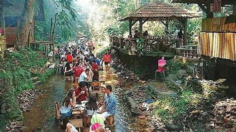 pengunjung restoran  bisa makan sambil nyemplung  sungai