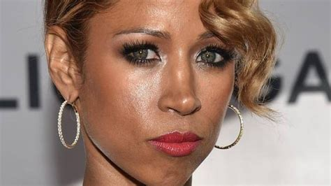 what color are stacey dash s does she wear colored