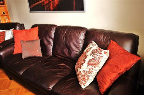 brown couch pillow ideas 1000 images about brown couch ideas on pinterest