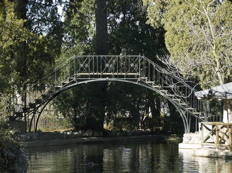 jardin el capricho file jardin el capricho iron bridge jpg wikimedia commons