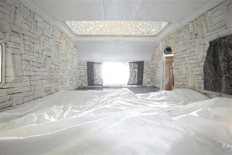 interno roulotte huettenpalast dormire a berlino in una roulotte