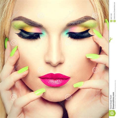 Lipstik Belleza mujer de la belleza con maquillaje vivo y esmalte de u 241 as colorido foto de archivo imagen
