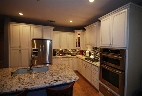 cardell kitchen cabinets cardell white with silver glaze cabinets and cambria praa