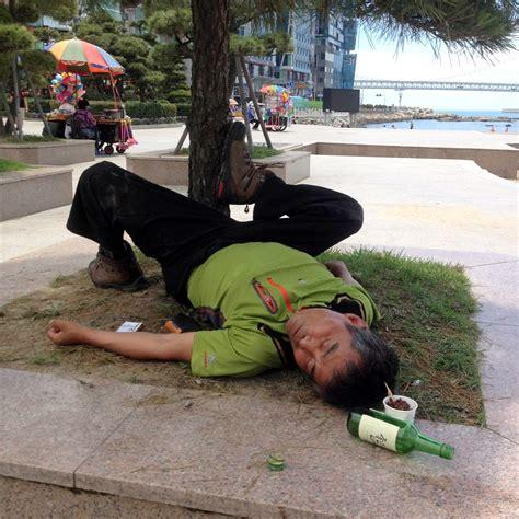 imagenes tristes de borrachos coreanos borrachos tirados en la calle eurowon