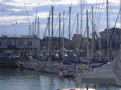 ufficio turistico senigallia batte la testa e cade in acqua al porto di senigallia