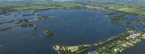roeiboot vinkeveen mooi natuurgebied met helder schoon zwemwater