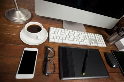 bureau de bureau avec pc t 233 l 233 phone mobile et d effets