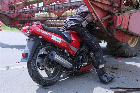 Motorrad Gegen Vw Bus by Galerie Motorrad Unfall Mit M 228 Hdrescher Bilder Und Fotos