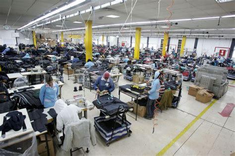 proses pembuatan pakaian di pabrik baju