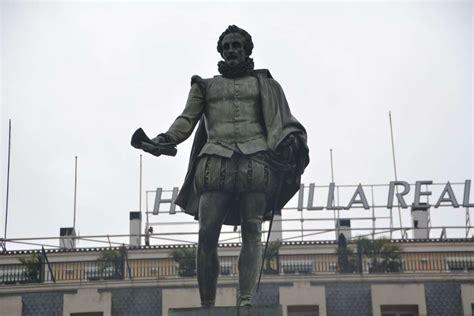 cervantes la figura en estatua de cervantes y la c 225 psula del tiempo mirador madrid