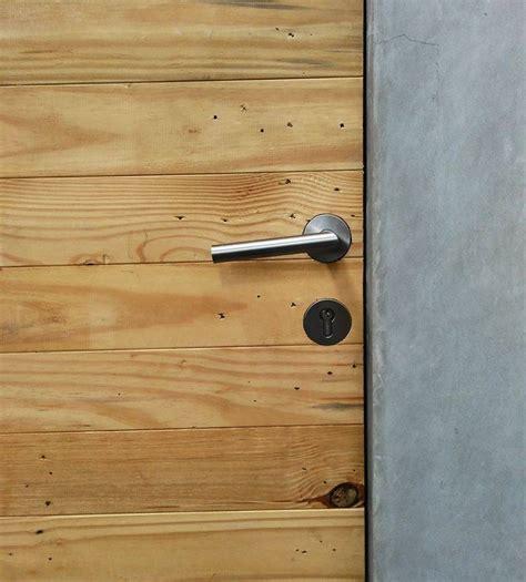 Sodet Kayu No 1 Ozone photo pintu kayu palet bekas rumah kecil at ozone residence 25 desain arsitek oleh akanoma yu