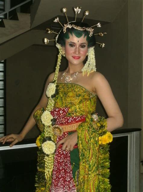 Kain Batik Embos Prada Daun Melati gaya rias pengantin jawa yang anggun dan mempesona
