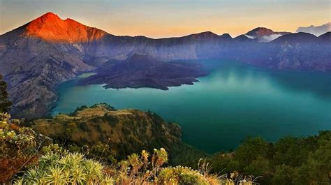 top  highest mountain  indonesia  stunning views