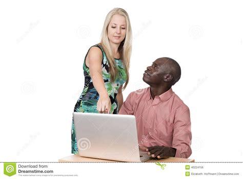 imagenes hombre negro mujer blanca mujer rubia y hombre negro foto de archivo imagen de