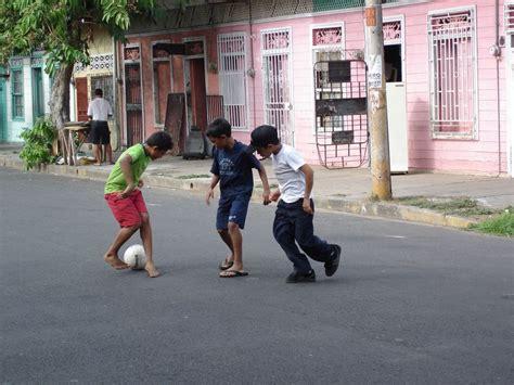 imagenes de niños jugando futbol en la calle file costa rica puntarenas ni 241 os jugando en la calle jpg