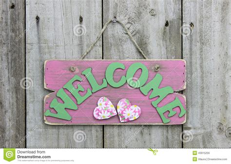 Daisy Home Decor rustic pink welcome sign with daisies and hearts hanging