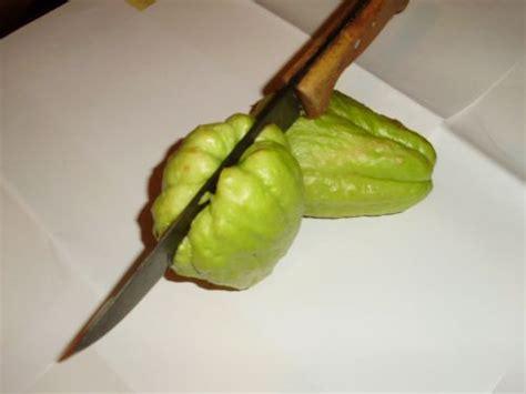 comment cuisiner chayottes cuisiner la chayotte pour la peler avant cuisson 1 2