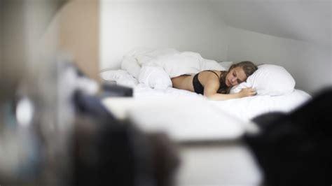 mal di schiena dormire senza cuscino mal di schiena i trucchi per evitarlo