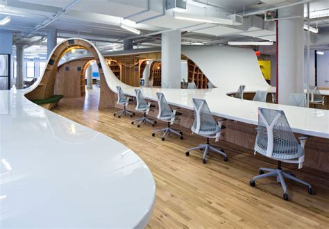 Office Desks Nyc This 1 100 Ft Office Desk Seats All 125 Employees 171 Twistedsifter